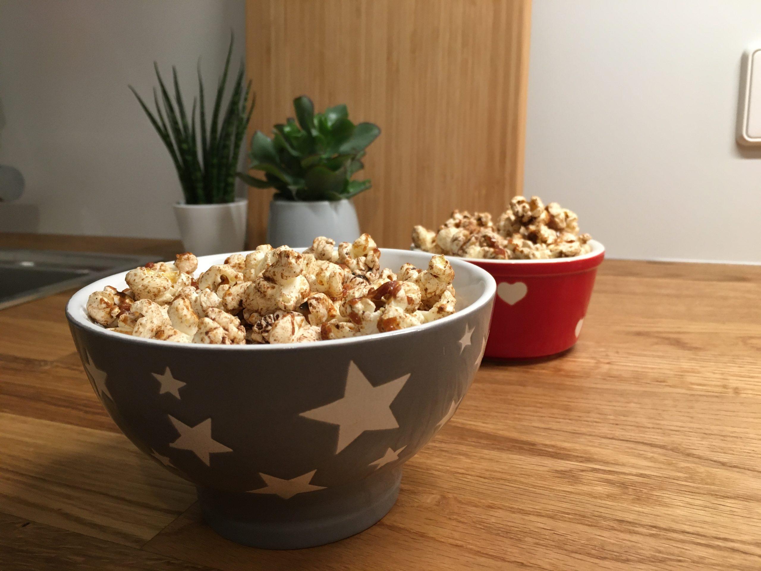 Schalen mit Popcorn schön auf Holzplatte angerichtet