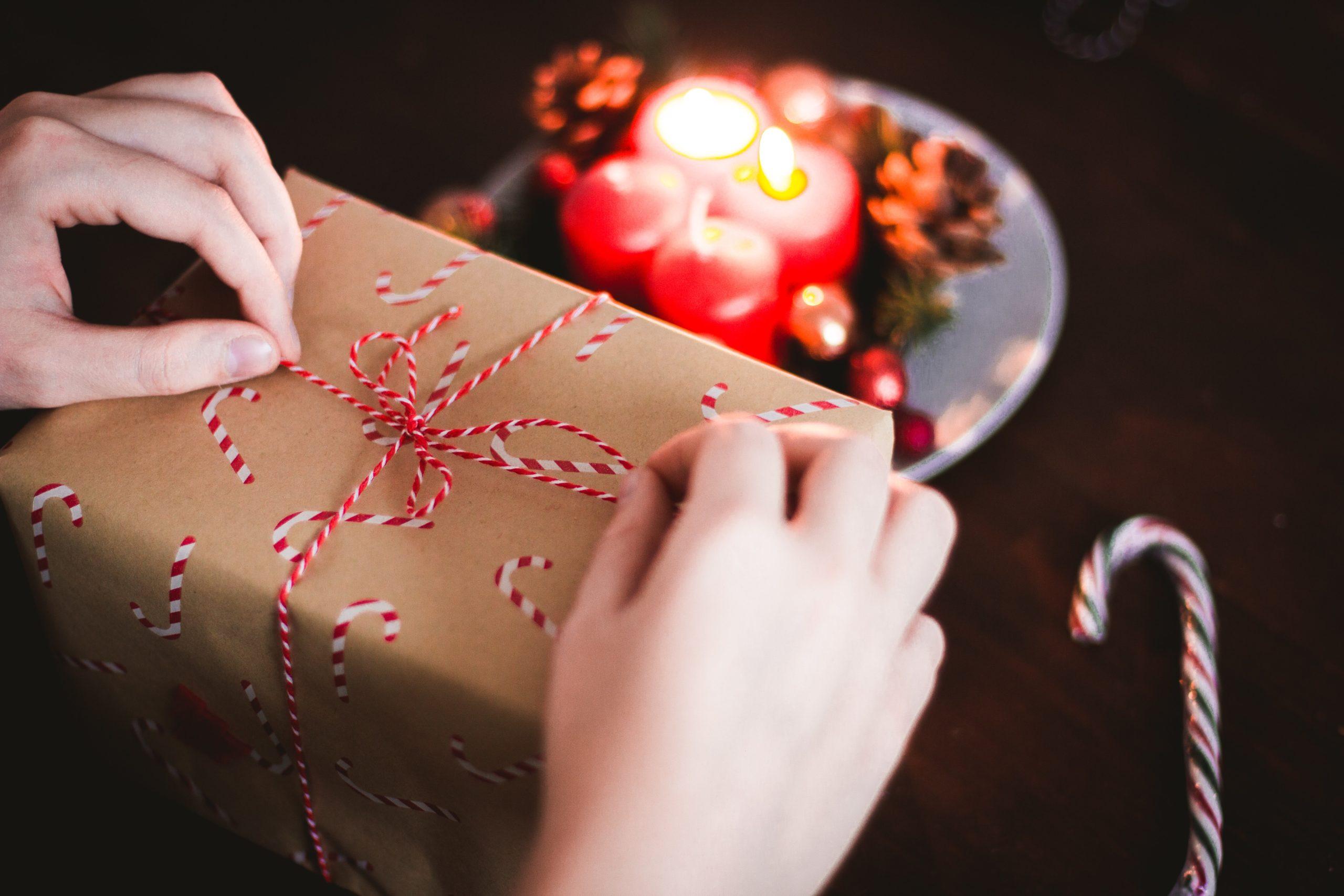 Person verpackt Geschenk